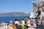 Aankomst met boot op Santorini | Op de achtergrond Firostefani en Fira - Foto van De Griekse Gids